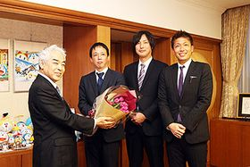 チューリップの花束を受け取る高橋市長(左)=高岡市役所