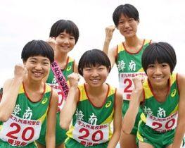 全国切符をつかんだ樟南のメンバー(前列中央が原田まつり、同左が妹のまりん)