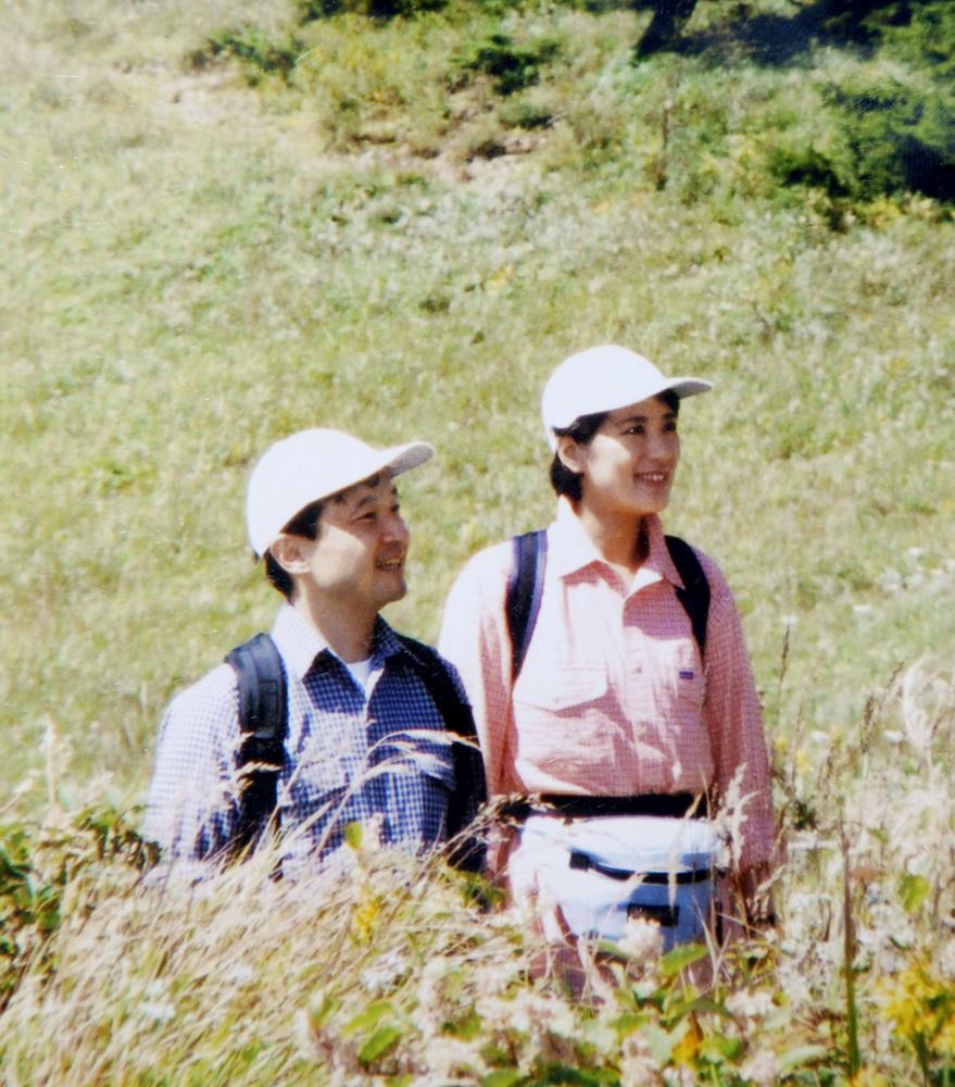 大菩薩嶺に登られ、草むらで足を止める天皇、皇后両陛下=2002年9月