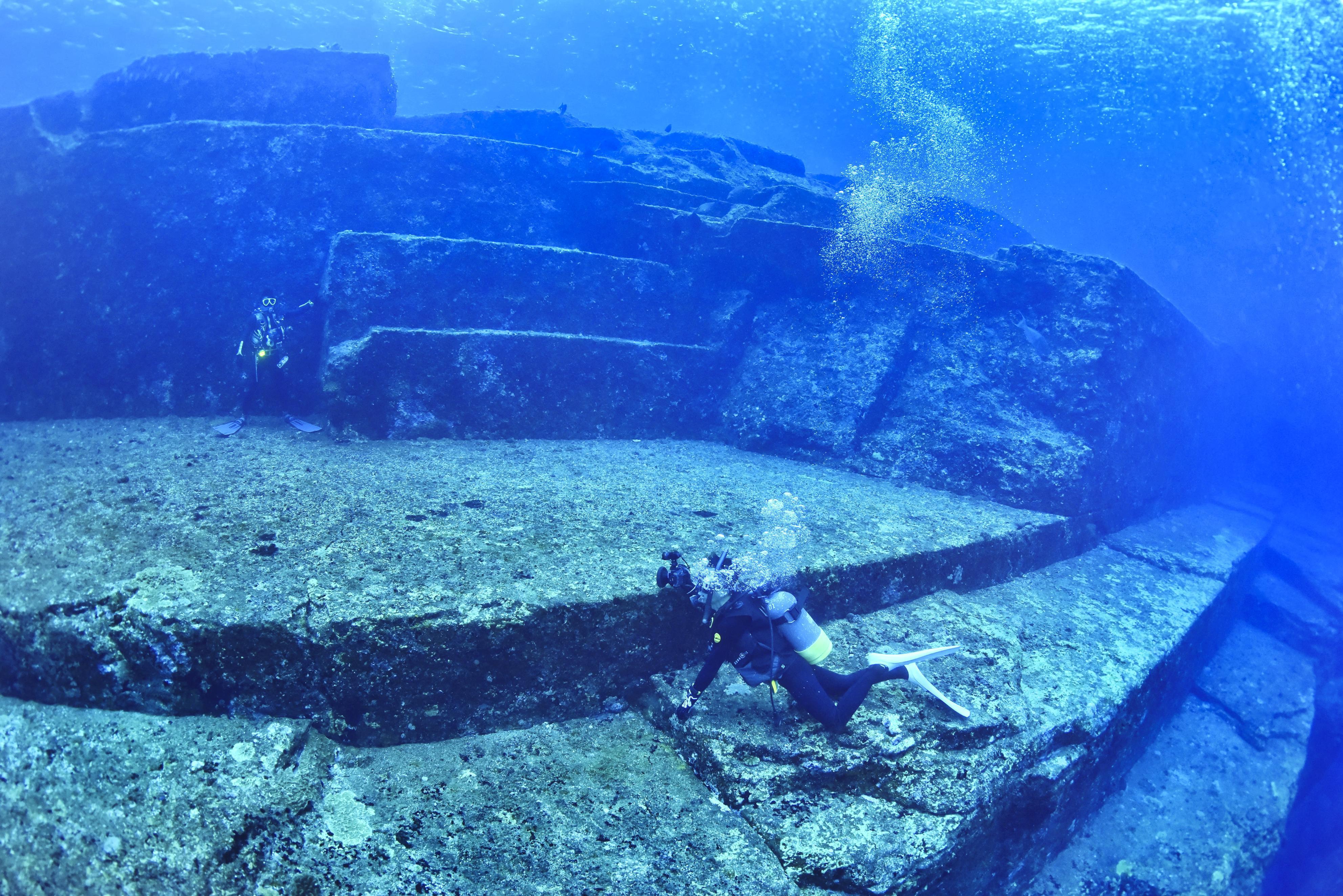 新嵩喜八郎が発見した「海底遺跡」。まるで古代の遺跡のように階段状の地形が瑠璃色の海に沈んでいる=沖縄県与那国町沖