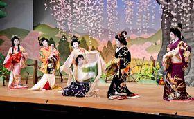 舞踊劇「花折女房」を華やかに演じる芸妓ら(24日午後1時25分、京都市上京区・上七軒歌舞練場)