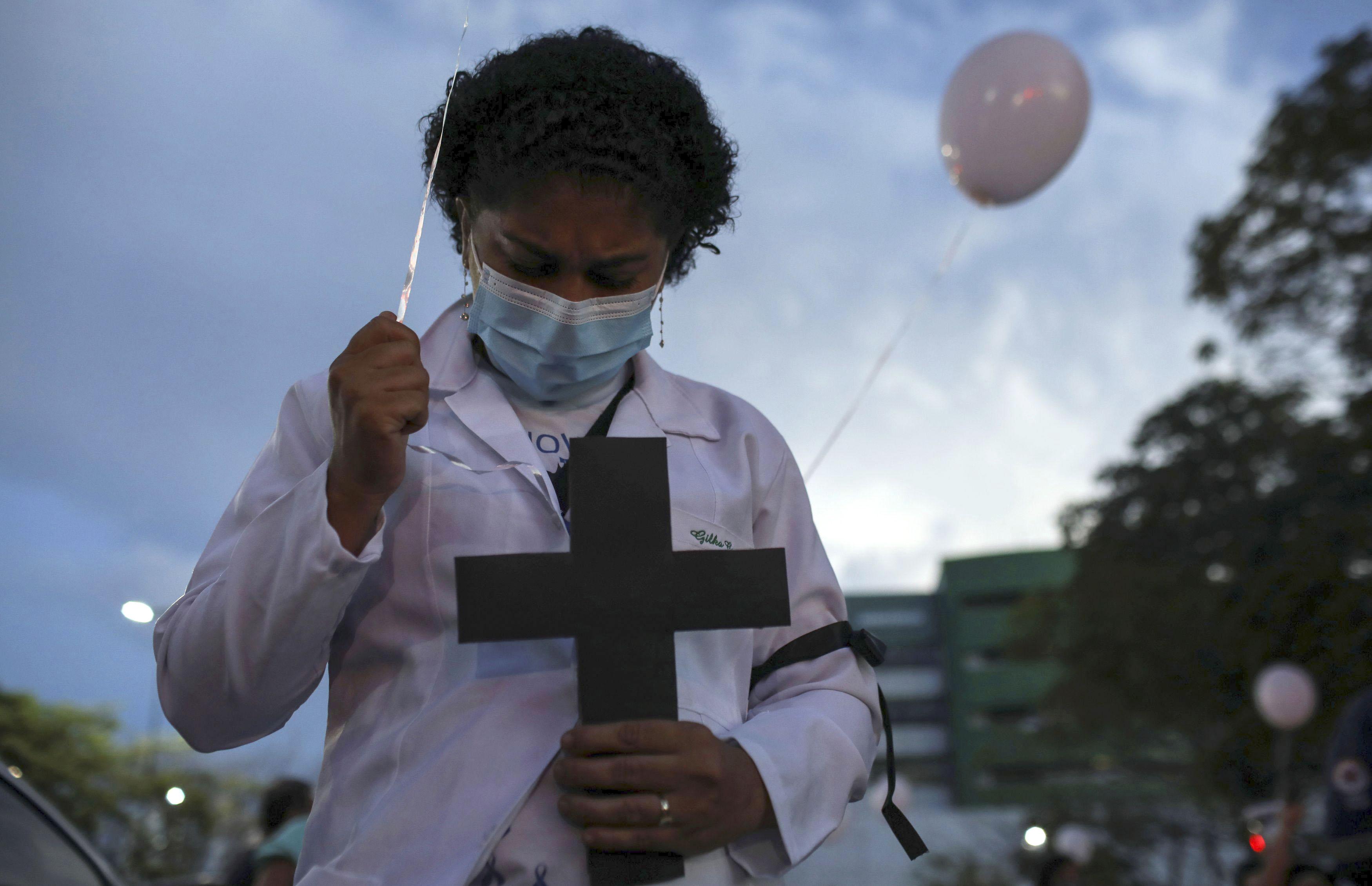 ブラジル北部マナウスで、新型コロナウイルスにより死亡した同僚を悼む医療従事者=16日(ロイター=共同)