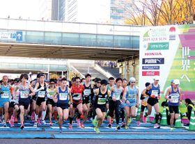 一斉にスタートするフルマラソン一般男女の部=昨年12月8日午前9時40分、さいたま市中央区