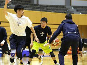 島根戦に向け、熱のこもった練習をする大崎(右から2人目)ら信州の選手たち