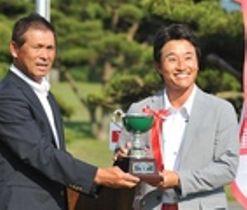 13年ぶり3回目の優勝を果たした河瀬賢史(右)とシニアを制した芹沢信雄=富士宮市の朝霧ジャンボリーGC