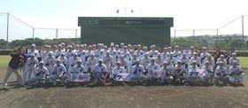 1軍キャンプの全日程を終了した千葉ロッテの首脳陣、選手ら=石垣