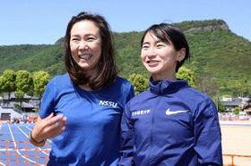 東京パラリンピック代表に内定した辻沙絵(右)と水野洋子監督。親子と間違われることも多い=4月、高松市(金田淳撮影)