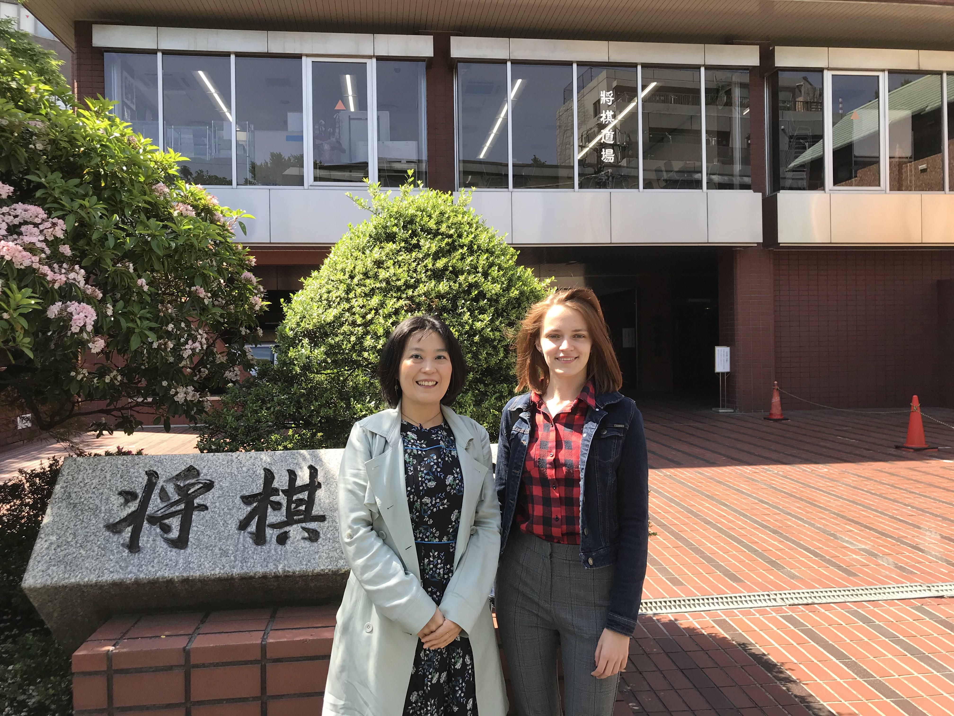 将棋会館の前で記念撮影するタチアナさん(右)と北尾女流二段
