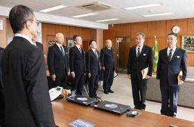 桐原本部長(左)に受賞を報告する国司警部(右から2人目)と谷原警部