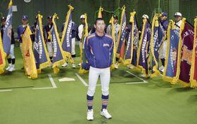 室内練習場で選手宣誓の練習をする瀬戸内の新保利於主将=22日午前、甲子園球場