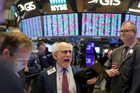 ニューヨーク証券取引所のトレーダーたち=24日(ロイター=共同)