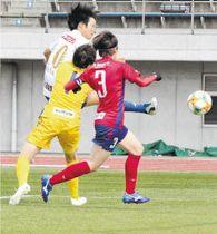 神奈川相模原―仙台 前半34分、仙台・浜田(奥)がシュートを放つがゴール左に外れる。GK久野
