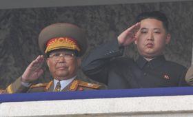 北朝鮮の朝鮮労働党創建65周年を記念する軍事パレードの観閲に登場した金正恩氏(右)と金永春氏=2010年10月、平壌(共同)