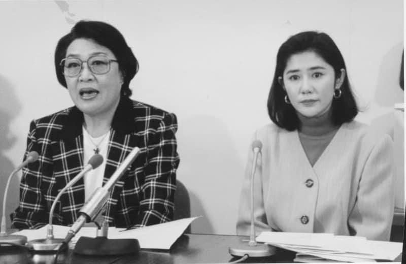 1993年11月、「夏目雅子ひまわり基金」発足について記者会見する母親の小達スエさん(左)と義姉の女優田中好子さん=都内