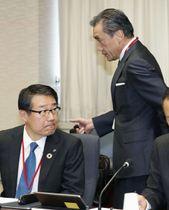 経産省で聞き取りに臨む、セブン―イレブン・ジャパンの永松文彦社長(左)と、ファミリーマートの沢田貴司社長=15日午後