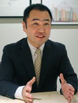 インタビューに答える米エアビーアンドビー日本法人の田辺泰之代表