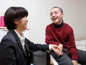 「自立」を目指す彩子さん(左)と悠さん=諫早市幸町、はるかぜ
