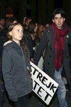 大規模デモに参加したグレタ・トゥンベリさん(左)=6日、マドリード(ロイター=共同)