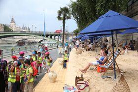 パリのセーヌ川沿いに造られた「パリ・プラージュ(海岸)」=2016年(ロイター=共同)