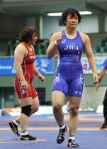 女子76キロ級1次リーグ 皆川博恵(左)を破った鏡優翔=駒沢体育館