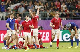 準決勝進出を決め喜ぶウェールズ代表と、敗れて肩を落とすフランス代表=昭和電工ドーム大分