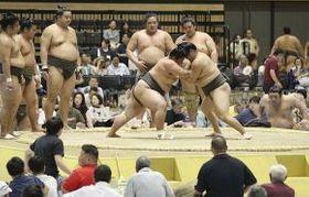 迫力ある稽古が行われた大相撲函館場所=16日午前9時10分、函館アリーナ(石川崇子撮影)