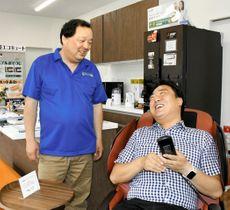 新店舗の開店初日、笑顔で接客する阿久津さん(左)