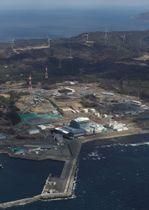 青森県大間町に建設中の大間原発(手前)=2018年3月17日(共同通信社機から)