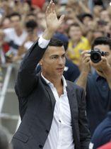 ユベントスの本拠地でファンに手を振るロナルド=トリノ(AP=共同)