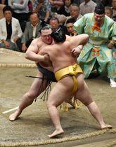 遠藤を寄り切りで下した横綱稀勢の里。勝ち越しを決めた=18日、東京・両国国技館