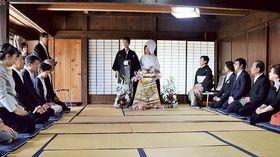 両家の親族がそろい、2人の門出を祝った=27日午前、浜松市天竜区春野町杉