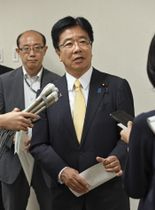 横浜市の中央児童相談所の視察を終え、記者の質問に答える加藤厚労相=19日午前