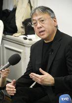 5日、ロンドンで記者会見する英国人小説家カズオ・イシグロ氏(共同)