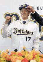 オリックスの入団記者会見でユニホーム姿を披露する増井浩俊投手=7日、大阪市
