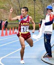 優勝した九州学院の今村は人さし指で「1」のポーズをつくりゴールした