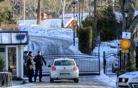 米朝が実務協議を行う会議施設の周辺を警戒する警官=20日、ストックホルム郊外(ロイター=共同)