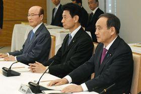 天皇陛下の退位と皇太子さまの新天皇即位を巡る準備委員会の会合であいさつする菅官房長官(右)=20日午前、首相官邸