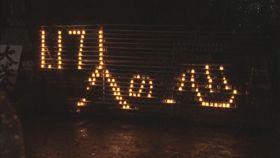 阪神大震災の犠牲者を追悼するため、黙とうをささげる参加者=17日午前、松山市石手2丁目の石手寺