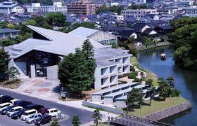 10月で50周年を迎える県立図書館(同館提供)