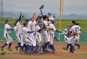 3季ぶりの優勝を決め、マウンドに集まって喜ぶ白鴎大の選手たち=群馬県伊勢崎市の上武大野球場