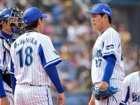 【ソフトバンク-横浜DeNA】6回表ソフトバンク1死。デスパイネにヒットを許し、三浦投手コーチに声をかけられる上茶谷=横浜