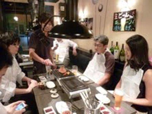 ■自らお肉を焼いてくれるイケメン店長の隈元さん
