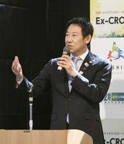 大阪市内で行われたイベントに参加したスポーツ庁の鈴木大地長官=22日