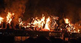 21日夜のお祭りパレードの後に行われたつがる市の新田火まつりで、火を放たれ燃え上がる馬ねぶた