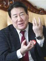 インタビューに答える日本航空の植木義晴会長(共同)