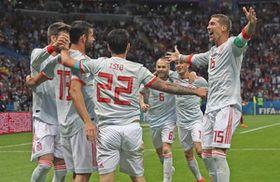 後半、先制ゴールを決めたスペインのディエゴコスタ(左から2人目)を祝福するセルヒオラモス(右端)ら=カザンで(岩本旭人撮影)