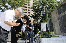 鹿児島大空襲の犠牲者を悼み、慰霊碑に献花する市民ら=17日午前、鹿児島市