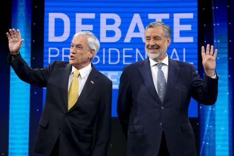 チリ大統領選の決選投票候補者、ピニェラ前大統領(左)とギジェル上院議員=11日、サンティアゴ(AP=共同)