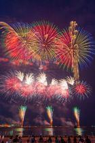 夏の夜空を美しく彩った八戸花火大会=18日午後8時15分すぎ、八戸市の館鼻岸壁