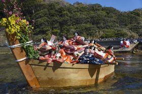 淡嶋神社の「ひな流し」で、小舟で海へ送り出されるひな人形=3日午後、和歌山市